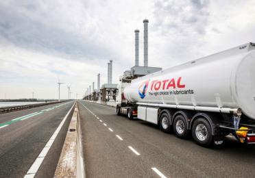 Een Total tankwagen welke smeermiddelen bij de Oosterscheldekering levert